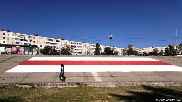 Велетенський біло-червоно-білий прапор, намальований у Києві на підтримку білорусів