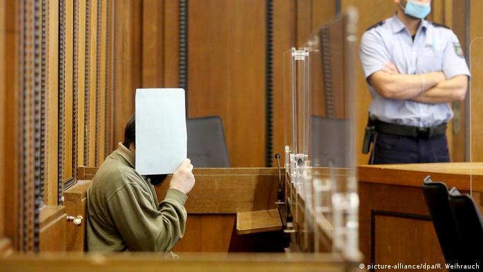 Homem condenado por pedofilia esconde o rosto em tribunal na Alemanha