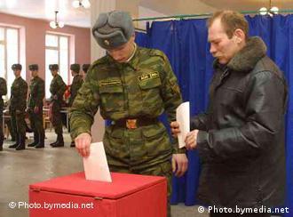 Солдаты голосуют на избирательном участке