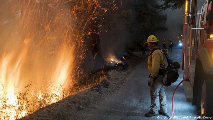 روز پنجشنبه ۲۰ شهریور زبانههای آتش در نقاط مختلف کالیفرنیا به هم رسید و با سرایت به پوشش گیاهی آتش بزرگی را رقم زد که در این ایالت بیسابقه بوده است.