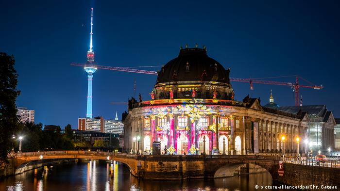 Bode Museum and the TV tower during the Berlin Festival of Lights 2020 (picture-alliance/dpa/Chr. Gateau)