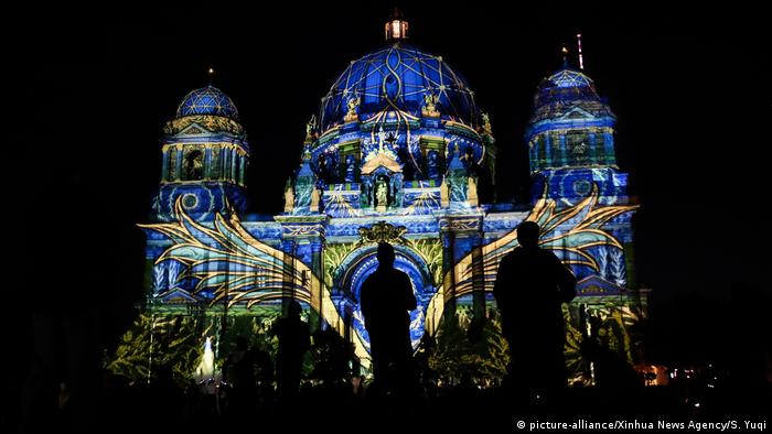 Berlin Cathedral during the 2020 Festival of Lights (picture-alliance/Xinhua News Agency/S. Yuqi)