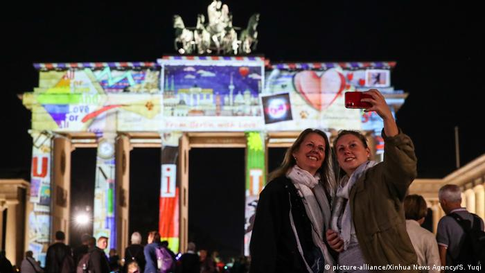 Brandenburg Gate during the 2020 Festival of Lights in Berlin (picture-alliance/Xinhua News Agency/S. Yuqi)