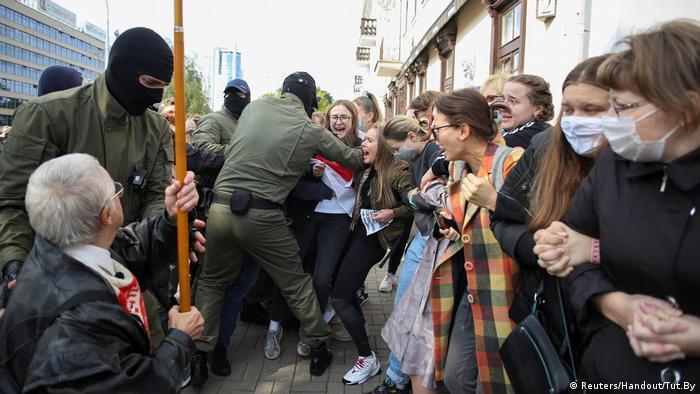 Силовики намагаються розігнати учасниць протесту у Мінську