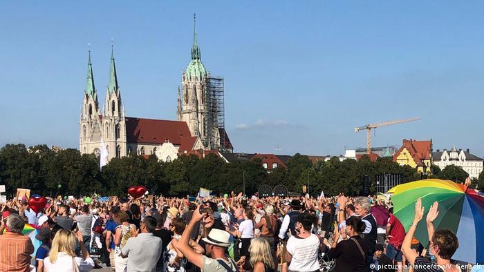 Pessoas reunidas em protesto negacionista da covid-19 em Munique