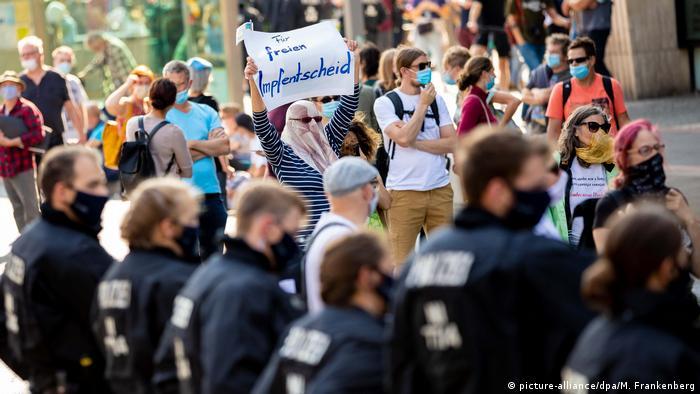 Pessoas e policiais em protesto em Hannover