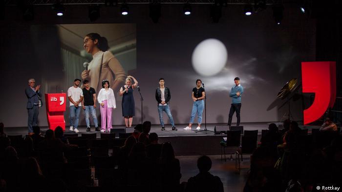 Acht junge Poeten auf der Bühne des Internationalen Literaturfestivals Berlin (Rottkay)