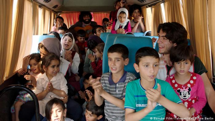 Filmstill Bandar Band : Kinder und Frauen im Bus im Bus (Bamdar Film (Teheran)/Kap Filme Berlin)