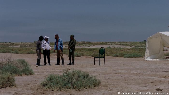 Filmstill Bandar Band Vier Männer stehen in einer kargen Landschaft (Bamdar Film (Teheran)/Kap Filme Berlin)