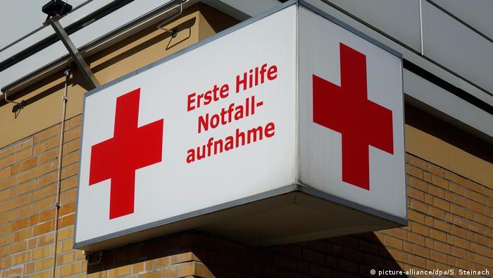 Schild an einer DRK Klinik (picture-alliance/dpa/S. Steinach)
