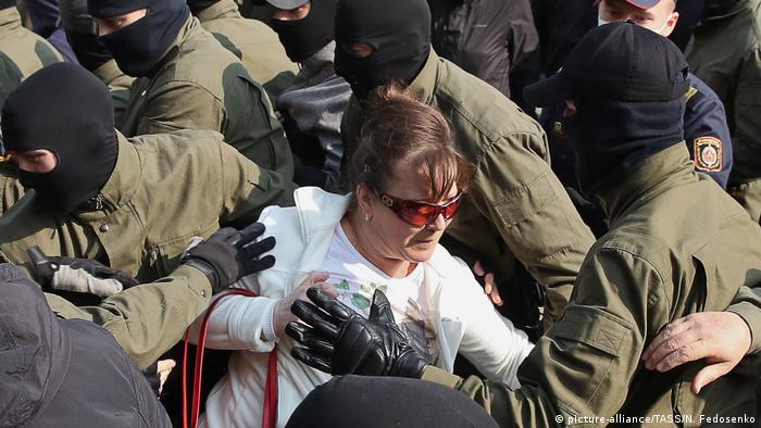 Силовики намагаються затримати учасницю Найгучнішого маршу жінок у Мінську, 12 вересня 2020 року