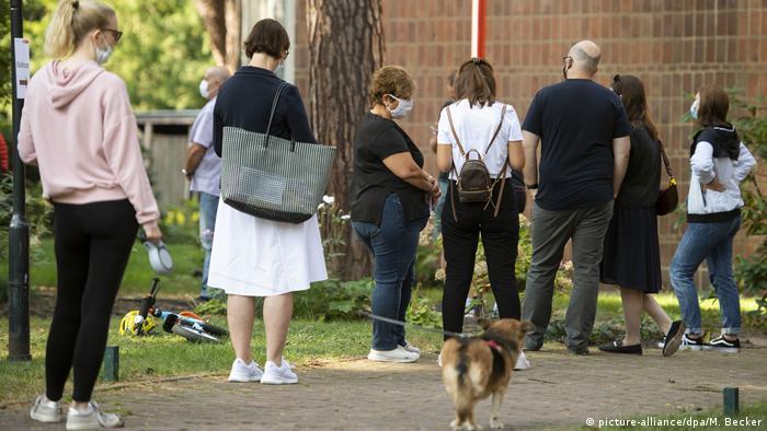 Жителі Кельна стоять в черзі, щоб проголосувати на місцевих виборах