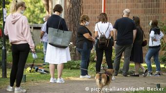 Очередь перед избирательным участком в Кельне. В ФРГ на местных выборах можно голосовать с 16 лет