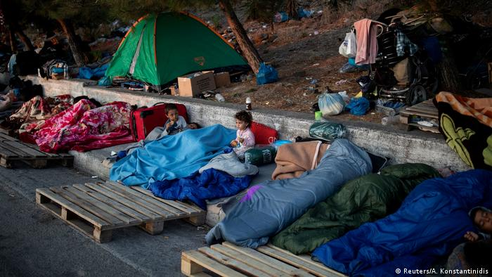 Pengungsi kamp Moria tidur di alam terbuka