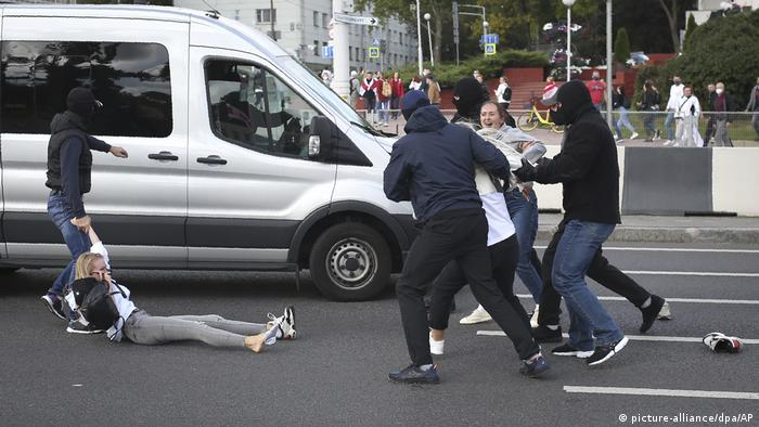 Agentes prendem manifestantes