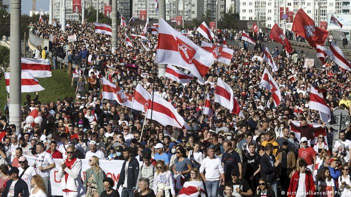 На вулиці Мінська вийшли до 150 тисяч протестувальників, розповіли спостерігачі
