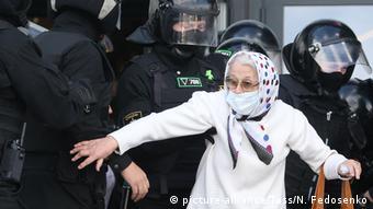 Пожилая участница протестов в Минске перед омоновцами