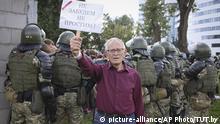 13.09.2020, Belarus, Minsk: Ein älterer Demonstrant steht bei einem Protest der belarussischen Opposition gegen die Ergebnisse der Präsidentenwahl vor einer Gruppe von Polizisten und hält ein Schild mit der Aufschrift «Wir werden nicht vergessen, wir werden nicht verzeihen» in der Hand. In Belarus kommt es seit der Präsidentenwahl vor genau fünf Wochen täglich zu Protesten. Foto: -/Tut.by via AP/dpa +++ dpa-Bildfunk +++ |