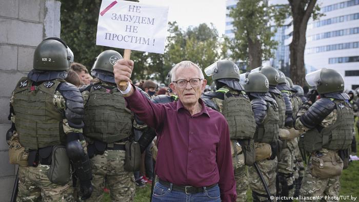 Учасник протестів у Мінську з плакатом: Не забудемо, не пробачимо!