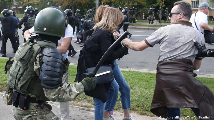 Силовики нападають на мирних учасників протесту у Мінську