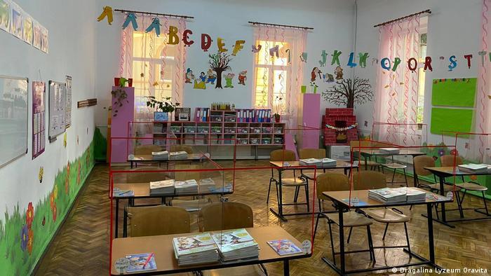O scoala din Oravita inainte de deschiderea anului scolar in septembrie