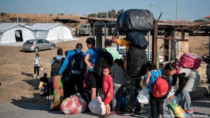 Pengungsi mendaftarkan diri untuk masuk ke kampung tenda darurat di Pulau Lesbos