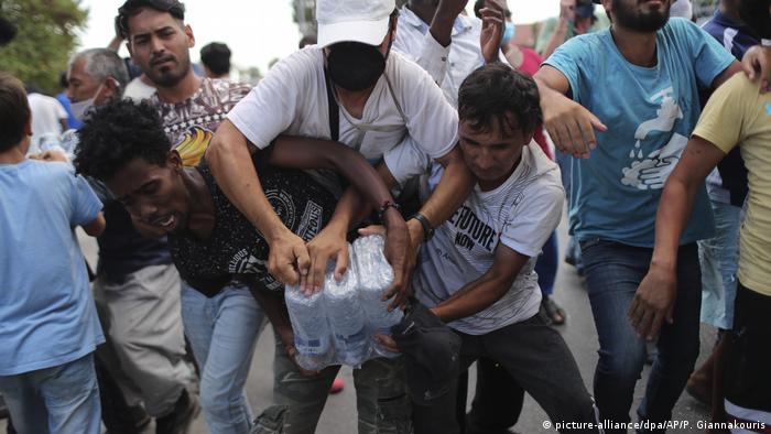 Хората чакат с часове на опашка за бутилка с вода