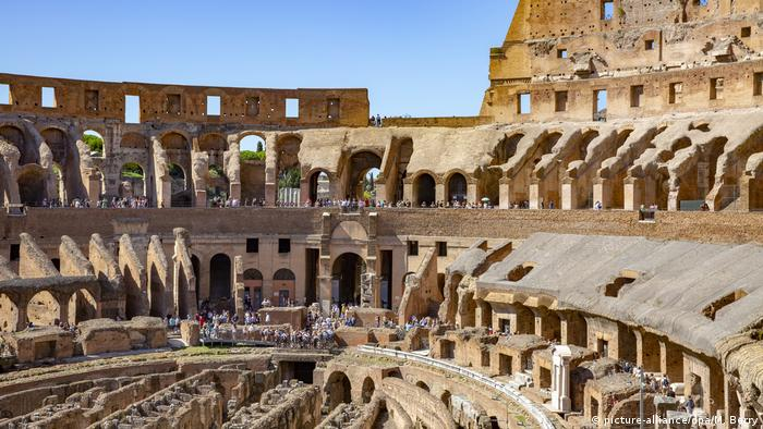 Tourists walk around the interior of the Roman Colosseum (picture-alliance/dpa/M. Berry)