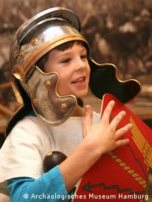 A child is dressed in a gladiator costume (Archäologisches Museum Hamburg)