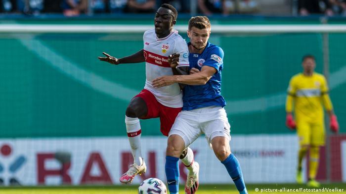 Fußball DFB Pokal   FC Hansa Rostock vs. VfB Stuttgart   Silas Wamangituka
