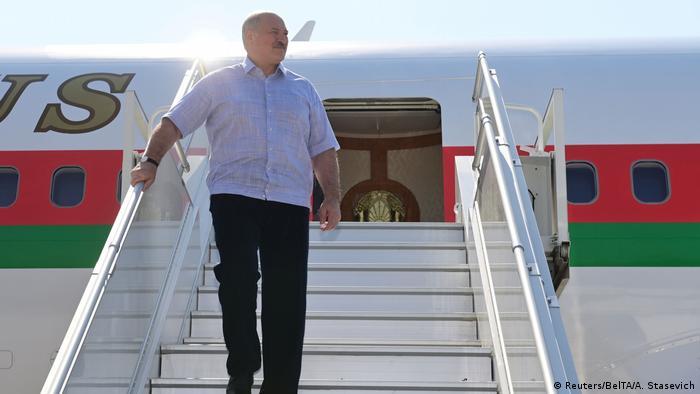 Лукашенко спускается по трапу самолета