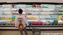 HANDAN, CHINA - SEPTEMBER 09: A customer purchases dairy products at a supermarket on September 9, 2020 in Handan, Hebei Province of China. PUBLICATIONxINxGERxSUIxAUTxHUNxONLY Copyright: xVCGx CFP111298136572