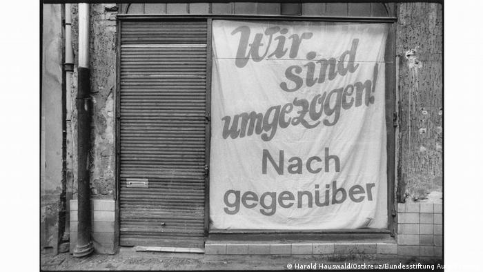 Harald Hauswald black-and-white photo: closed shop with sign 'We've moved! Across the street' (Harald Hauswald/Ostkreuz/Bundesstiftung Aufarbeitung)