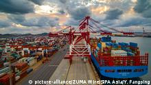 China Qingdao | Containerschiff im Hafen (picture-alliance/ZUMA Wire/SIPA Asia/Y. Fangping)