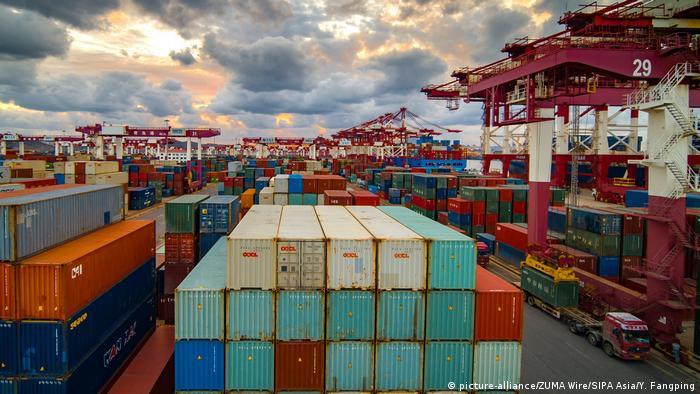 Contêineres em porto da China