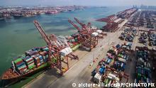 China Qingdao | Containerschiff im Hafen