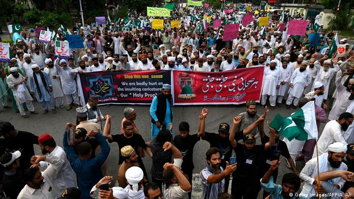 Sunni Muslims march during an anti-Shiite protest in Karachi on September 13, 2020
