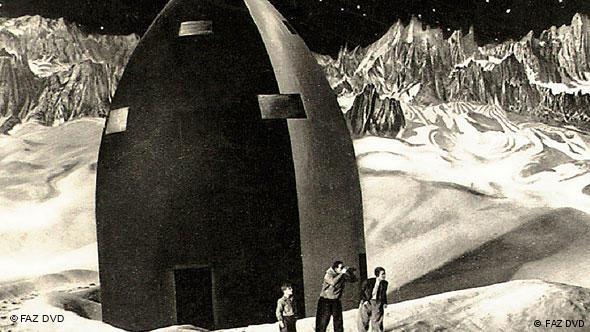 Drei Personen in Mondlandschaft vor Raumkapsel - Szene aus Frau im Mond (Foto: FAZ DVD)