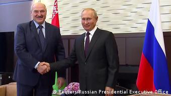 Демонстративное рукопожатие Лукашенко и Путина перед объективами журналистов