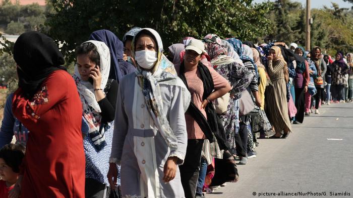 Izbjeglice čekaju na dodjelu hrane nakon što je izgorio kamp Morija