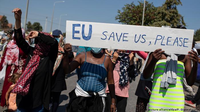 مهاجرون في ليسبوس اليونانية يستنجدون بالاتحاد الأوروبي بعد حريق مخيم موريا (14/9/2020)