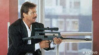 Mann mit Maschienengewehr vor Fenster - Szene aus Die Karte (Foto: FAZ DVD)