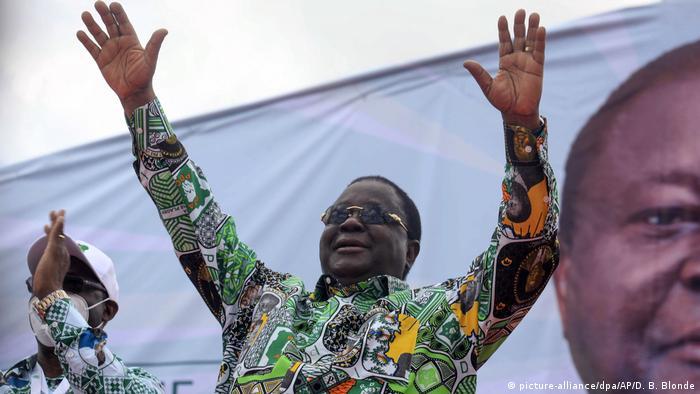 Henri Konan Bédié waves to supporters