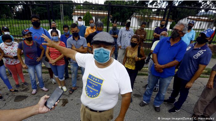 Eine Gruppe von Menschen mit Mund-Nasen-Schutz (Imago Images/Zuma/J.C. Hernandez)