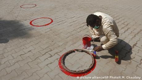 BdTD Pakistan Coronavirus Wiedereröffnung der Schulen (picture-alliance/AP Photo/K.M. Chaudary)