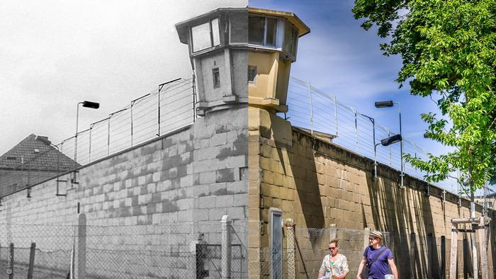 Foto collage: Left is a black and white image of the high outer wall of the prison from 1989. On the right, the same wall with two tourists walking by. (Photo collage by Rayna Breuer)