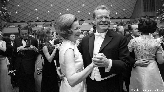 Канцлер ФРГ Вилли Брандт танцует с супругой на балу в Бетховенском концертном зале. Бонн, 1969 год