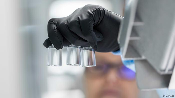 В поиске вакцины от коронавируса участвуют по всему миру около 140 частных и государственных организаций. На фото: контейнеры для хранения вакцины от COVID-19