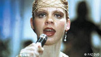 Sängerin mit Mikrophon - Szene aus Solo Sunny (Foto: FAZ DVD)