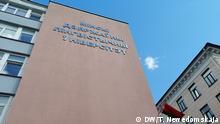 Studenten und ein Gebäufe der linguistischen Uni in Minsk Thema Stimmung in belorussischen Hochschulen und bei Studenten in Zeiten der Proteste DW, Tatiana Newedomskaja, 11. September 2020